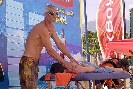 A massagem depois do surf é sempre uma excelente maneira de manter o corpo em dia e pronto pra ser usado