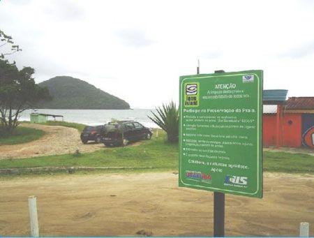 Placa de conscientização ambiental colocada em Ubatuba.