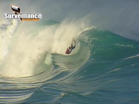 Bodyboarde se atirando no Waimea Shorebreak
